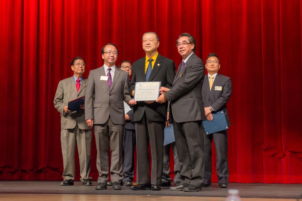 美国六市联合授予卢军宏台长和平奖项2